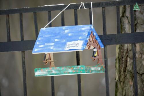 В Детском городке «Сказочный» размещены кормушки, изготовленные воспитанниками детского сада № 2